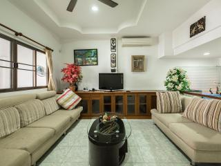 2 Bdr House with Pool! Big & Quiet! 5pax, Patong