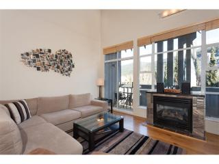 Modern & Spacious 2 bedroom suite  w/ Pool & Hot Tub next to Adventure Zone!, Whistler