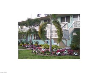 Beautiful one bedroom condo, just a couple blocks away from the beach!, Naples
