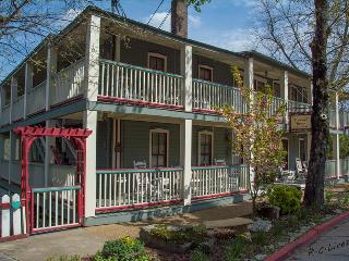 Piedmont House - 10 Bedroom - Sleeps 21 - Full Kitchen - Downtown Eureka Springs - Reunions, Small M