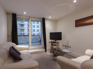 Trendy St. George's Wharf 2B apartment in Wandsworth with WiFi & lift.