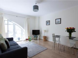 Luxurious Monument Street 2B apartment in City of London with WiFi & lift., Londres