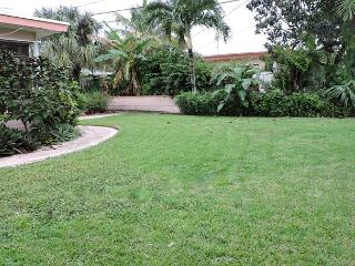 Casa Bougainvilla Walk To Beach & Downtown LBTS 3 Bedrm 2.5 Bath for 10, Lauderdale by the Sea