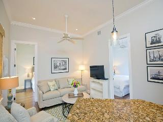Luxury 2 Bedroom with Full Kitchen - Sleeps 4 - Walk to the Beach & Nightlife, Key West