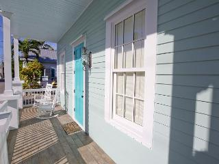 Luxury 2 bedroom 1 bath with full kitchen - sleeps 5 - Steps from Duval St, Key West