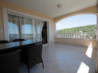 Penthouse apt near beach - sea view, pool, jacuzzi, Okrug Gornji