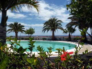 Refurbished Poolside Apartment, Peaceful Complex central Puerto del Carmen, wifi