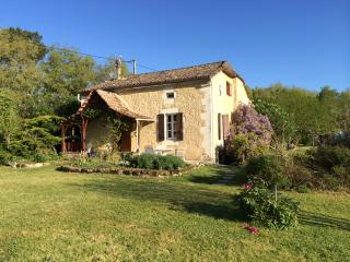 Beautiful Farmhouse, heated pool, private setting, Castillonnès