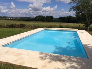 Beautiful Farmhouse, heated pool, private setting, sleeps 8