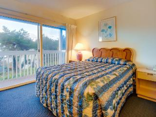 Lower-level studio w/ocean views - dogs welcome!, Lincoln City