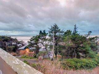 Lower-level oceanview, pet-friendly studio near beach access, Lincoln City