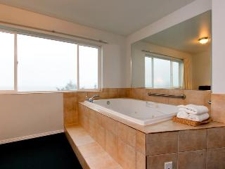 Romantic oceanview suite - easy beach access, pet-friendly!, Lincoln City