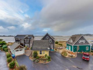 Bayfront, pet-friendly home w/private hot tub, room for 14!, Lincoln City