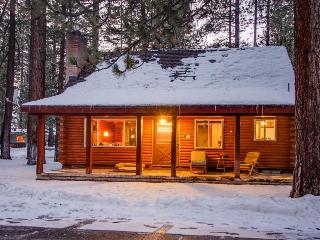 Log cabin w/ private hot tub & rustic charm! Walk to beach!, South Lake Tahoe