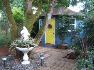 Mulberry Cottage - Self Contained - Hot-Tub, Saanich