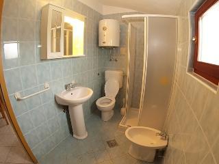 Apartment 810, Peroj