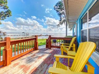 Spacious lakefront unit with deck, shared pavilion - snowbirds welcome!
