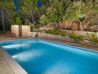 VILLA Goga 1, solar power house with swimming pool, Vela Luka