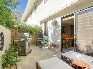 2BR/2.5BA Palm Springs Townhouse, Historic Tennis Club Neighborhood, Sleeps 4