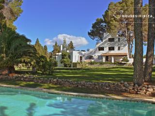 Ibizan house- 8 bedroom 2 pools oasis of greenery, Sant Josep de Sa Talaia