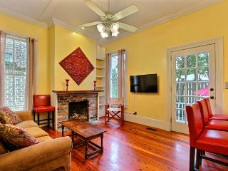 Newly remodeled home on Washington Square! Heart of the Historic District!!, Savannah
