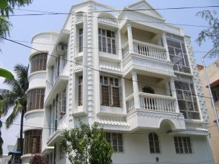 3 BHK 3 Full Bath 2000sft AC Service Apt./Gated/Markets/Bigbazar/Hyatt/Multiplex