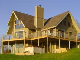 Breathtaking View, beautiful upscale home, w/hot tub-sleeps 10!!!