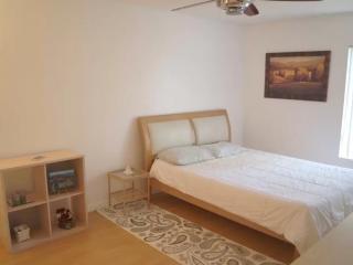 Bright and Cozy 2 Bedroom Condo in LA, Bell Canyon