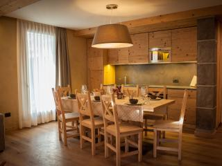 Chalet Alfonz | Kitchen and  dining table | Cucina e tavolo