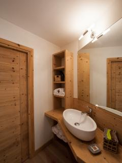 Chalet Alfonz|Bathroom with separate shower and toilet