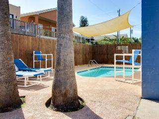 Cozy, dog-friendly guest house for 4 - shared pool, beach access nearby!, South Padre Island