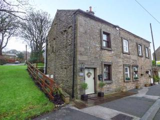 EAST COTE COTTAGE, semi-detached, over 3 floors, WiFi, decked area in Long Preston, Ref 918567