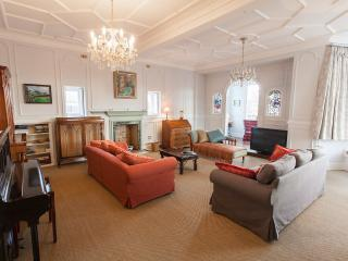 Fabulous 4 Bedroom Period flat next to the Castle, Edimburgo