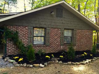 Charming updated cabin, close to Downtown Gatlinburg