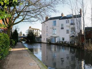 Canal House Apartment, great views, central location, character building