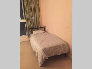 Own room 2 x single beds close to airport and city, Arncliffe