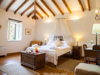 Charming Historic Villa MELI close to BEST beaches, Lefkada