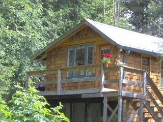 Charming studio guest cottage on Quadra Island, Quathiaski Cove