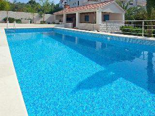 Stylish Apartment with pool for 4 guests, Sutivan