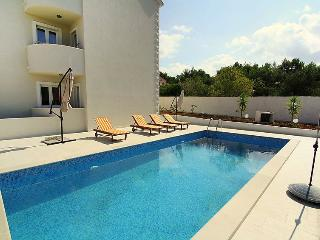 Apartment with Pool for 4 guests in Sutivan