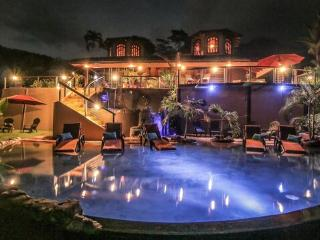 *Jungle Mansion 7Bed/6Bath Breakfast and Daily Maid Service Included, 3 Pools!, Dominical
