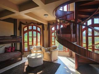 *Jungle Mansion 7Bed/6Bath Breakfast and Daily Maid Service Included, 3 Pools!