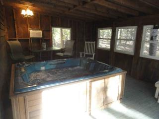 Greers Ferry Cabin, walk to lake..HOT TUB, Higden