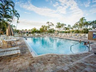 Ocean views, shared pool & hot tub! Walk to the beach - snowbirds welcome!