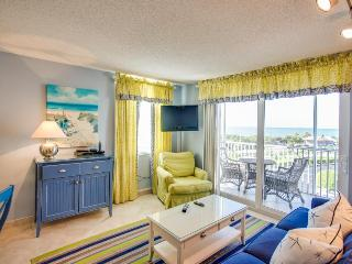 Ocean views, shared pool & hot tub! Walk to the beach - snowbirds welcome!