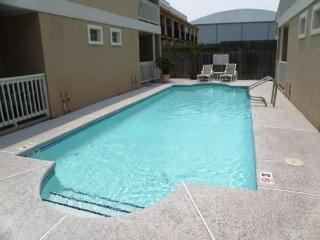 Cheery condo w/shared pool within walking distance of beach!, South Padre Island