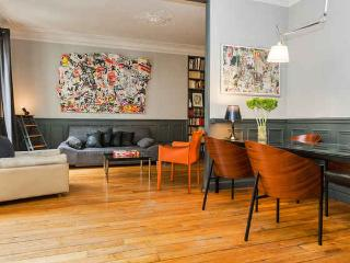 Elegant Hausmannian apt, bright and fully equipped, trendy rue des Martyrs.