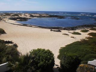Casa las Vistas: simple frontline beach apartment, El Cotillo