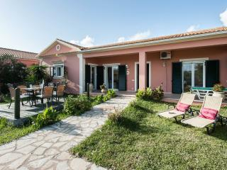 STRAWBERRY VILLA FOR 6 - ONLY 150m TO SANDY BEACH, Corfu