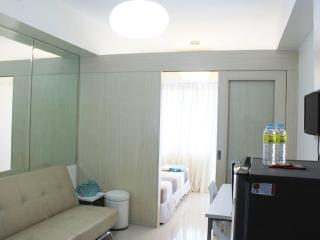 Travellers choice Suites w/ balcony, room free wifi - Mall of asia